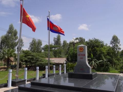 Khanh thanh cot moc bien gioi Viet Nam - Campuchia hinh anh