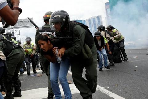 Venezuela dung hoi cay dep nguoi bieu tinh vi thieu thuc an hinh anh 9