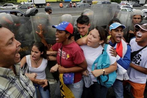 Venezuela dung hoi cay dep nguoi bieu tinh vi thieu thuc an hinh anh 6