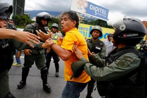 Venezuela dung hoi cay dep nguoi bieu tinh vi thieu thuc an hinh anh 7