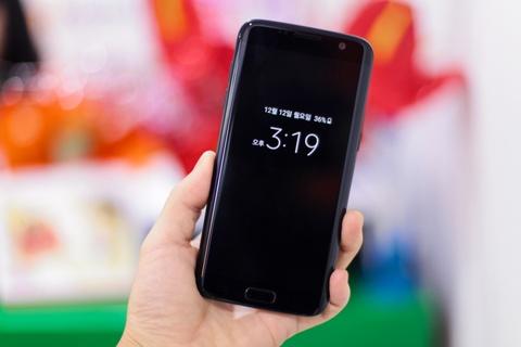 Anh Samsung Galaxy S7 edge mau den bong dau tien tai VN hinh anh