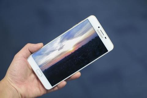 Anh smartphone RAM 6 GB dau tien cua Samsung sap ban tai VN hinh anh 4