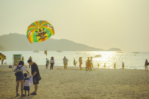 Nhung ngay he ruc ro o Phuket hinh anh