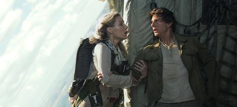 Canh hanh dong trong khong gian khong trong luc cua Tom Cruise trong 'The Mummy' 2017 hinh anh