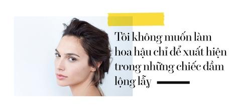 My nhan 'Wonder Woman': Hoa hau noi loan va doi giay bet tren tham do hinh anh 3