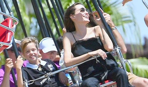 Angelina Jolie dua cac con di choi mung cap sinh doi 9 tuoi hinh anh