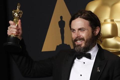 19.000 nguoi yeu cau Casey Affleck khong xuat hien o Oscar 2018 hinh anh