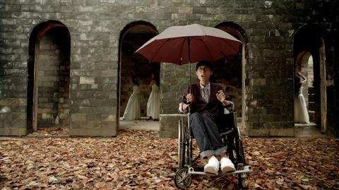 'Glee' 19: Angela Phuong Trinh dau kho khi bi bat cho con nuoi hinh anh 4