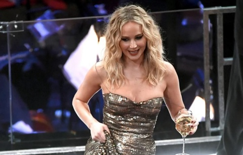 Jennifer Lawrence uong ruou, keo vay treo ghe o Oscar 2018 hinh anh