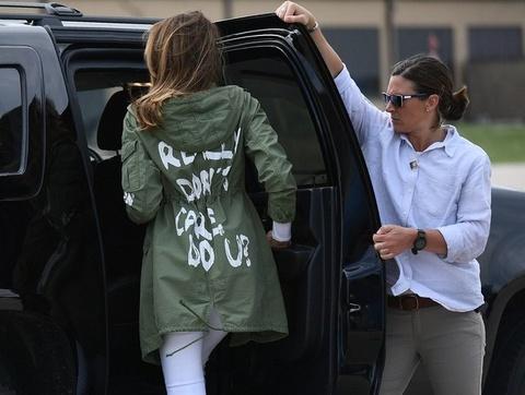 Gioi thoi trang ru nhau cong kich, phan doi Melania Trump hinh anh