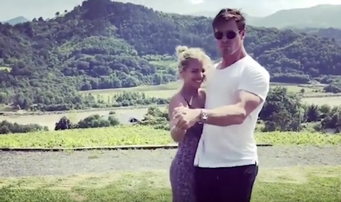 Doan clip Chris Hemsworth nhay bai 'Despacito' cung vo hinh anh