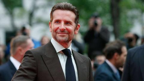Bradley Cooper va qua khu dap dau vao be tong de cai nghien hinh anh 7