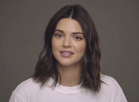 Kendall Jenner bi che cuoi khi quang cao kem tri mun hinh anh