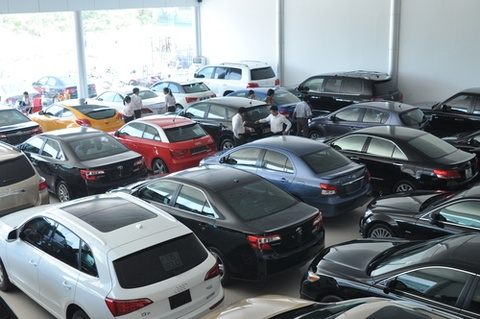 Nguoi Viet chuong hinh thuc khi mua xe hoi hinh anh