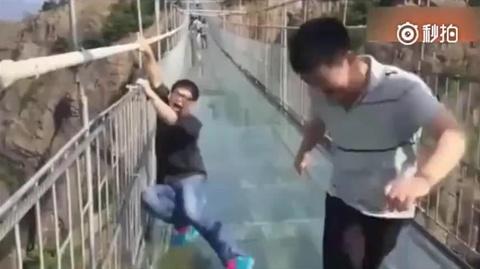 Du khach xin 'cuu mang' khi di tren cau kinh o Trung Quoc hinh anh