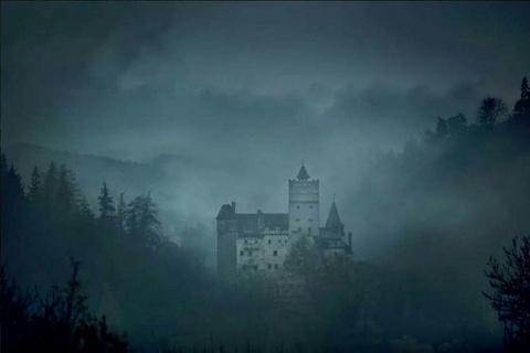 Ben trong lau dai co that cua Ba tuoc Dracula hinh anh 1