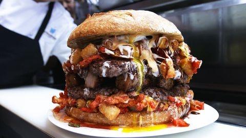Nha hang phuc vu banh burger khong lo nang 5,9 kg hinh anh