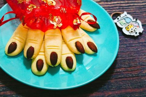 Cach lam banh quy ngon tay phu thuy cho le hoi Halloween hinh anh