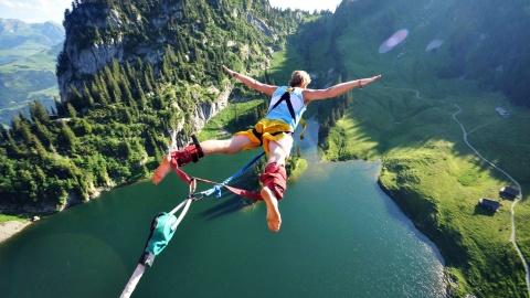 Nhay bungee tu cap treo tren day nui Alps huyen thoai hinh anh
