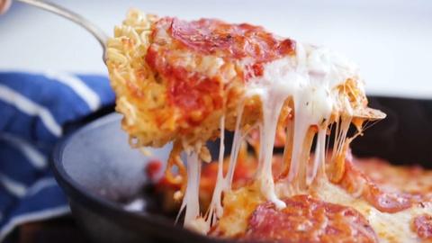 Ramen pizza - mon an ket hop mi ramen va banh pizza hap dan hinh anh