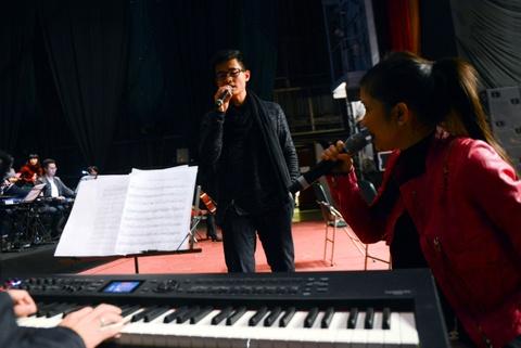 Vu Cat Tuong mac gian di tap luyen cho live show Hong Nhung hinh anh 5     Đây cũng là lần xuất hiện hiếm hoi của Hà Anh Tuấn sau biến cố gia đình.