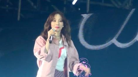 Tae Yeon (SNSD) gio 'ngon tay thoi' trong phan trinh dien hinh anh