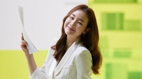 Nhan sac khong ty vet o tuoi U50 cua Choi Ji Woo trong anh hau truong hinh anh