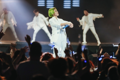 Vu Cat Tuong song ca hot boy Malaysia trong concert hoanh trang hinh anh 3