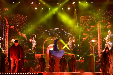Dong Nhi hoa nguoi ngoai hanh tinh den hinh tuong quyen ru o live show hinh anh 10