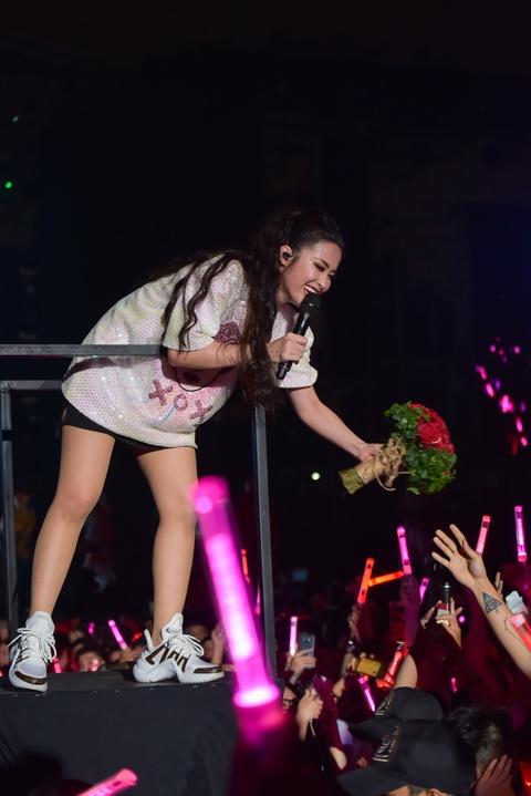 Dong Nhi hoa nguoi ngoai hanh tinh den hinh tuong quyen ru o live show hinh anh 14