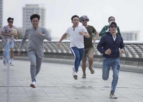 Running Man tap 4: Ninh Duong Lan Ngoc pha nat hit cua Son Tung M-TP hinh anh 4