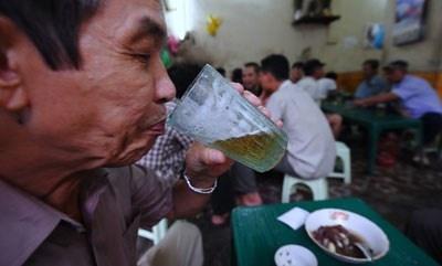 Lai 'coi troi' cho bia ban via he hinh anh