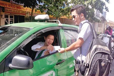 Di taxi Viet Nam dat gan gap doi Thai Lan hinh anh