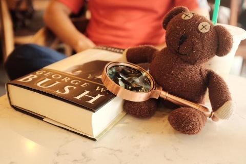 Chang trai dua gau Teddy di xuyen Viet hinh anh