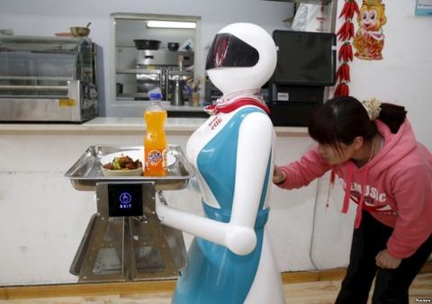 robot phuc vu trung quoc hinh anh