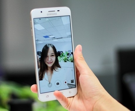 galaxy j7 prime on hand hinh anh