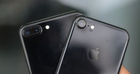 'Dung quan tam tray xuoc khi dung iPhone 7 Jet Black' hinh anh