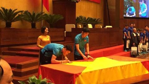 Ban huan luyen va cau thu U23 Viet Nam ky len la co To Quoc khong lo hinh anh