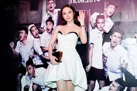 Angela Phuong Trinh tu tin khoe vong 1 tren tham do hinh anh