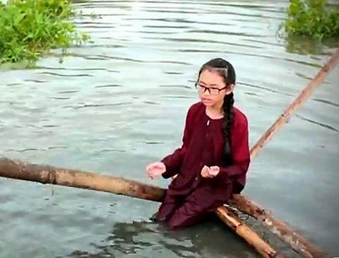 MV Que em mua nuoc lu - Phuong My Chi hinh anh