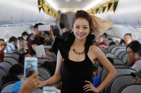 Jennifer Pham dien thoi trang Quynh Paris tren may bay hinh anh