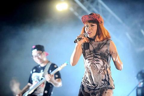 Ung dung tro choi cua album Ban Nguyen - Diva Ha Tran hinh anh