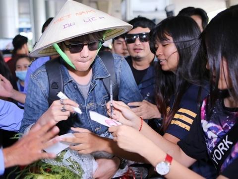 Fan vay kin my nam 'Ma nu tim chong' o san bay Tan Son Nhat hinh anh