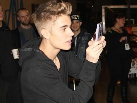 Justin Bieber dung mang xa hoi de ngam gai hinh anh