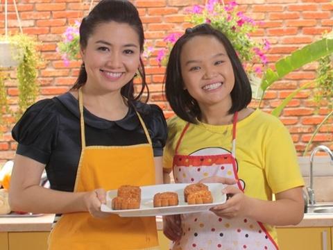 Le Khanh lam banh trung thu tang ong xa Thai Hoa trong phim hinh anh