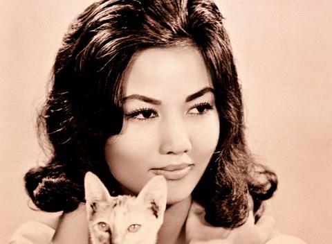 Nhan sac tu dai my nhan Sai Gon thap nien 1960 - 1970 hinh anh