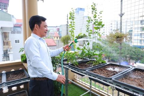 Tham nha rieng 26 m2 cua Quang Teo o Ha Noi hinh anh 9 Vườn rau xanh được anh trồng trên các giỏ nhựa. Quang Tèo và vợ thay nhau tưới nước, chăm sóc cho chúng. Nam diễn viên coi việc chăm sóc cây xanh vừa là thú vui, vừa là cách để mình có thêm không gian tươi mát giữa phố phường chật chội. Ngoài ngôi nhà ở nội thành, Quang Tèo còn mua một mảnh đất rộng 1000 m2 cách trung tâm Hà Nội khoảng 30 km cất nhà vườn để 4 người về nghỉ ngơi mỗi dịp cuối tuần.