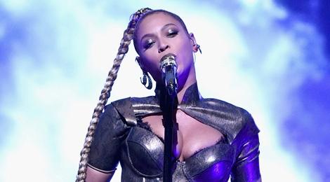 Beyonce bieu dien voi mot ben tai chay mau hinh anh