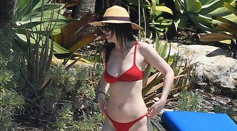 Sao nu '50 sac thai' dien bikini nuot na hinh anh