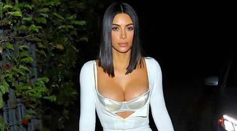 Chi em Kim Kardashian lai khoe than phan cam tren duong pho hinh anh